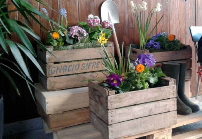 Diy decorate your house with fruit crates for Antiguedades para jardin