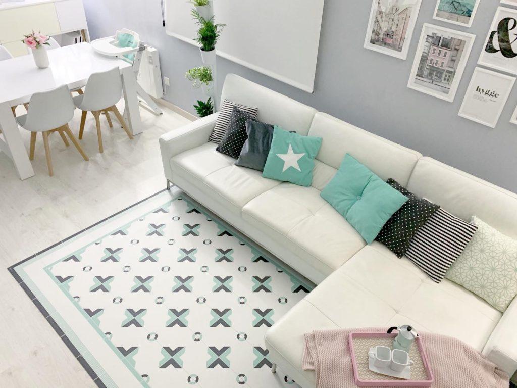 Influencer Decohygge con alfombra Canuda en el salón